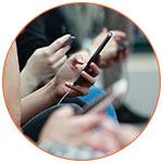Passagers du métro avec smartphones