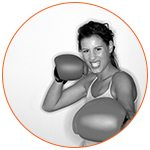 Jeune femme qui pratique la boxe - French Radar