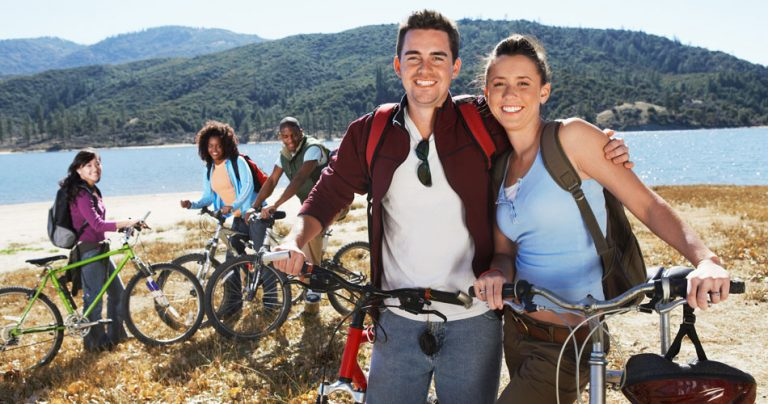 Groupe de 5 amis avec leurs vélos - French Radar