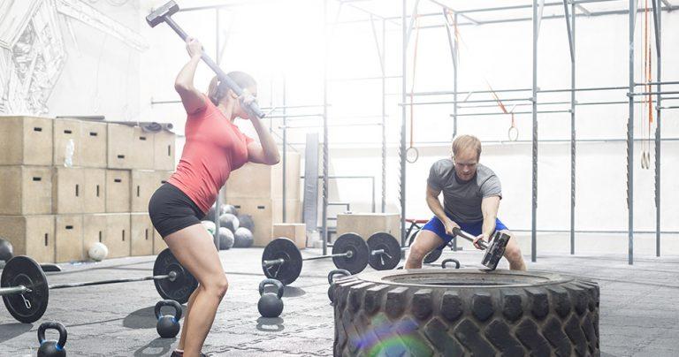 Couple de sportifs qui pratiquent le Crossfit