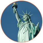 La statue de la liberté sur fond de ciel bleu