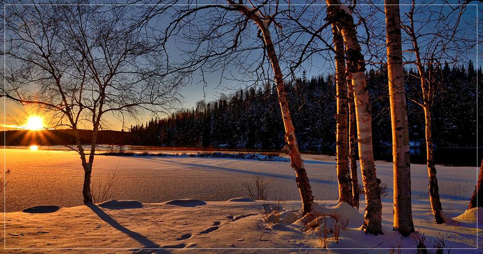 Magnifique paysage enneigé canadien avec un couché de soleil
