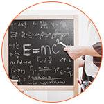 Tableau noir avec à la craie la formule E=MC2 d'Albert Einstein