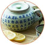 Tasse de thé au citron avec inscriptions chinoises sur la théière en porcelaine