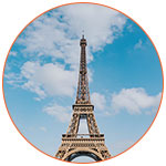 La tour Eiffel sur un fond de ciel bleu
