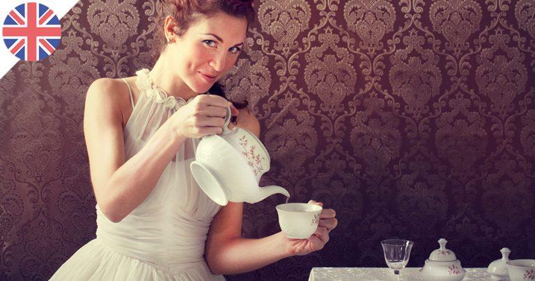 Jeune anglaise qui se sert une tasse de thé lors de l'afternoon tea time