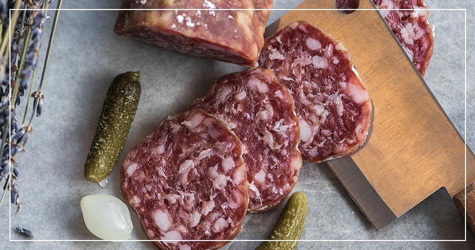 Tranches de saucisson, cornichons et lavande à la française