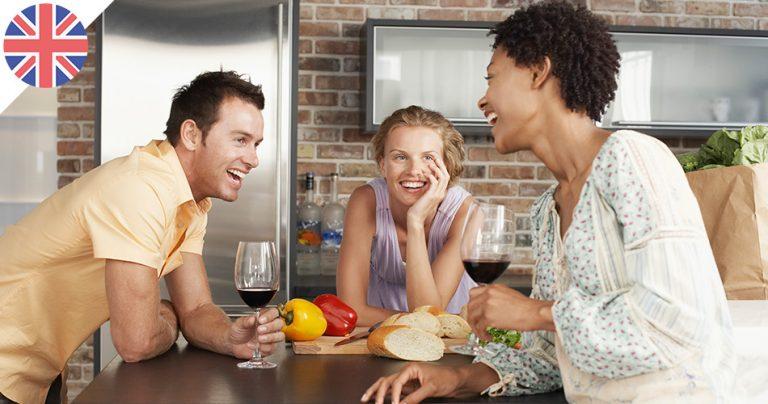 Trois expatriés français souriants autours d'un verre de vin