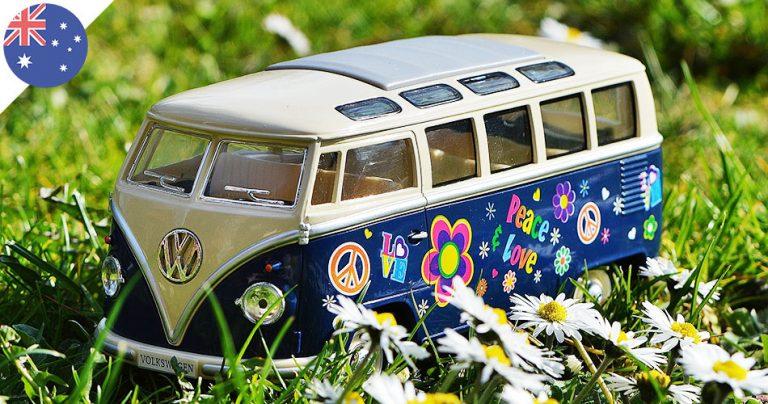 Gros plan sur un Van Volkswagen miniature Peace and Love