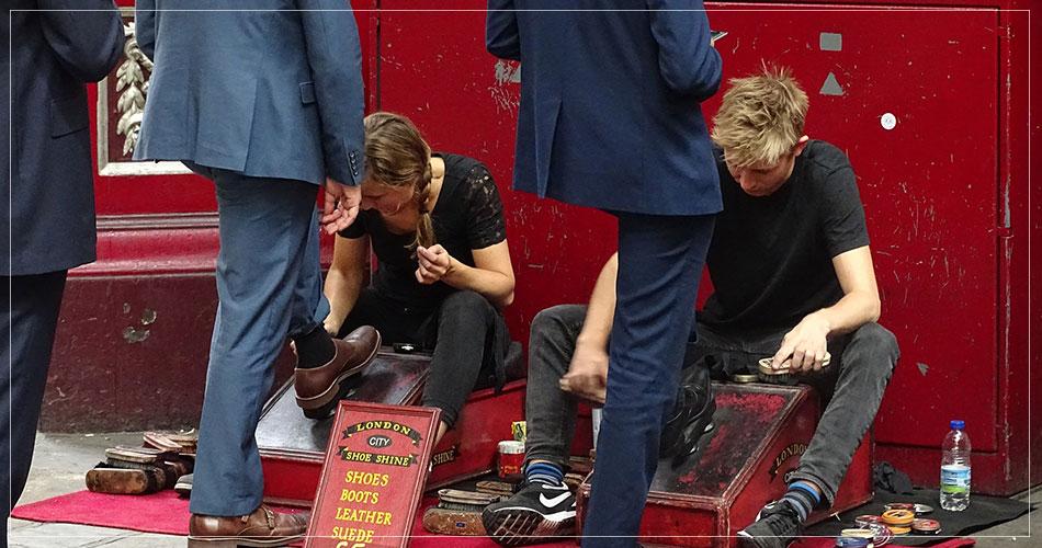 Cireurs de chaussures dans les rues de Londres