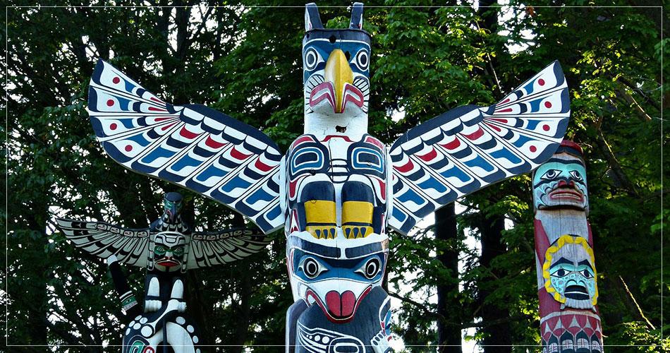 Des totems dans la région de Vancouver au Canada