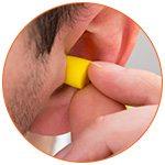 Boule Quies jaune dans une oreille