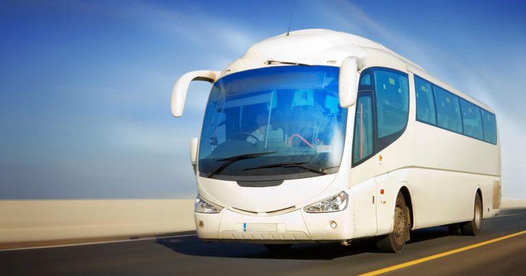 Bus moderne longue distance sur la route