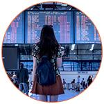 Une voyageuse devant le tableau d'affichage de l'aéroport