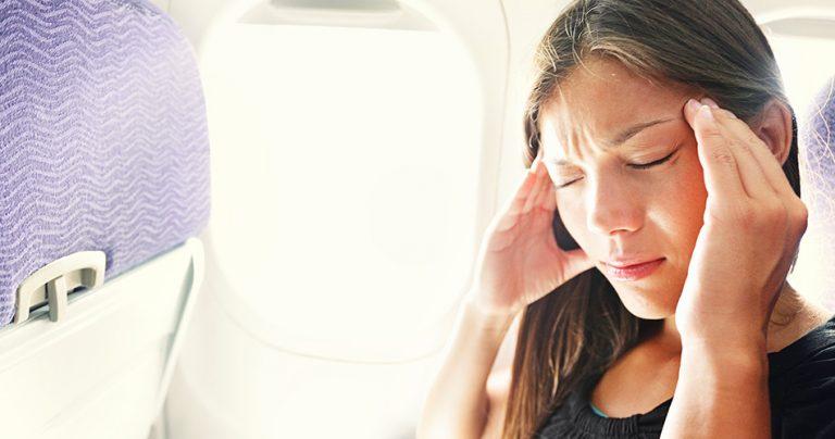 Voyageuse dans un avion avec le mal des transports