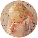 Globe terreste dans les mains d'une femme