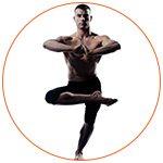 Jeune homme pratiquant le yoga avec la posture de l'arbre