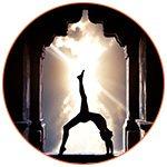Silhouette d'une personne qui pratique le yoga dans un temple