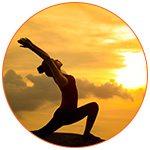 Jeune femme en posture de salutation du soleil dans la cadre d'une séance de yoga