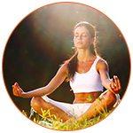 Jeune femme concentrée qui pratique le yoga dans la nature