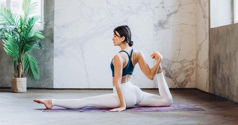 Jeune femme pratiquant une pose de Yoga