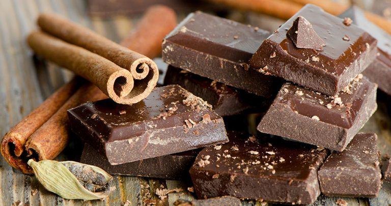Zoom sur des carrés de chocolat et de la cannelle