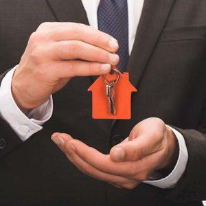 Agent immobilier avec clés de la maison