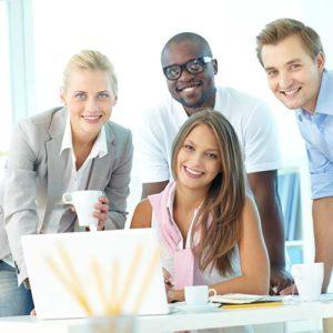 Equipe d'employés souriants au travail